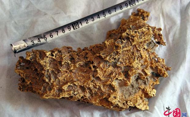 Pastor chinês encontrou pepita de ouro de 7,85 quilos (Foto: Reprodução/Weibo)