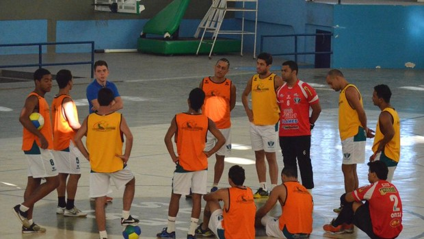Pepe Arraes conversa com os jogadores antes do último treino (Foto: João Áquila/GLOBOESPORTE.COM)