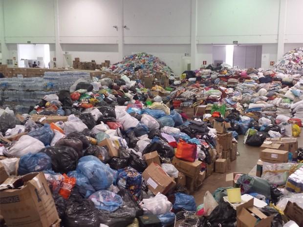 'Montanha' de doações está no Centro de Convenções, em Mariana (Foto: Raquel Freitas / G1)