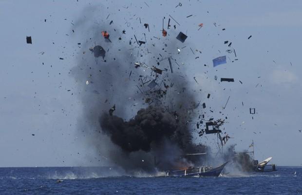 Barco estrangeiro é detonado após ser pego praticando pesca ilegal. (Foto: Reuters)