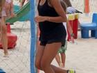 Grávida, Flávia Sampaio mostra a barriguinha durante exercícios