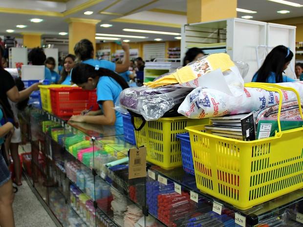 Movimento é intenso em livrarias no Centro de Manaus (Foto: Indiara Bessa/G1 AM)
