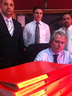 Advogados de defesa de Evandro, ao centro, Aryldo de Paula (Foto: Kleber Tomaz / G1)