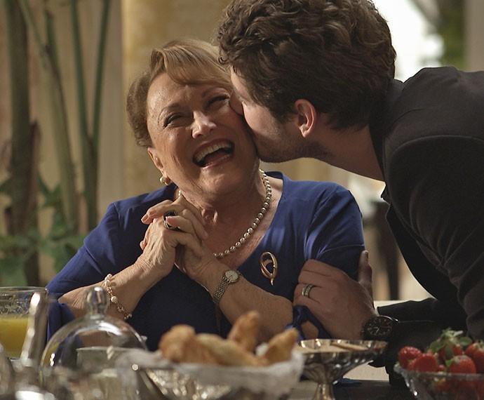 Izabelita tem uma relação de cumplicidade com seu neto Benjamin (Foto: TV Globo)