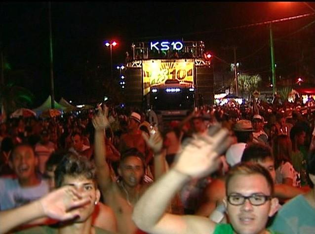 Trio elétrico arrasta centenas de foliões no carnaval de Piúma (Foto: Reprodução/ TV Gazeta)