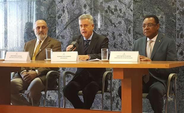 O governador Rodrigo Rollemberg (centro) durante anúncio da contratação de 500 profissionais para a rede de saúde (Foto: Raquel Morais/G1)