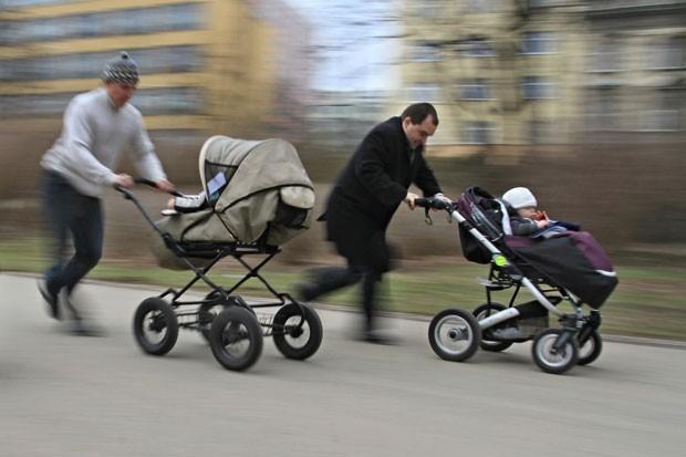 A cidade de Brno, na República Tcheca, promoveu no domingo (7) uma corrida com carrinhos de bebê. A competição inusitada fez partes das comemorações  do Dia Mundial da Saúde (Foto: Radek Mica/AFP)