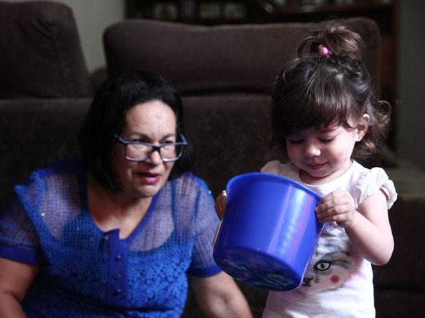 Letícia tem um espaço reservado para seus brinquedos na sala da avó Érika (Foto: Glauco Araújo/G1)