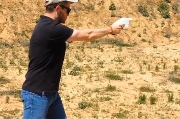 Cody Wilson testa a arma criada a partir de uma impressora 3D em vídeo (Foto: Reprodução Internet)