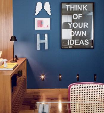 Pintada com a cor Azul Cobalto, da Suvinil, a parede da sala de estar recebeu lâmpadas balizadoras (Foto: Edu Castello)