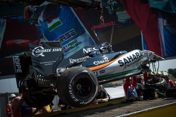 Force India de Sergio Pérez ficou destruída com acidente no 1º treino livre para GP da Hungria (Foto: AFP)