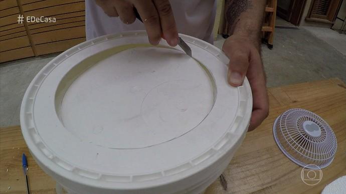 Recorte o plástico com auxílio de um estilete (Foto: TV Globo)