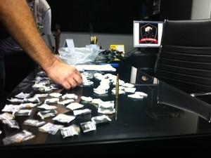 Polícia achou drogas e munições na casa de suspeito de participar de sequestro de comerciante no Rio (Foto: Guilherme Brito/G1)