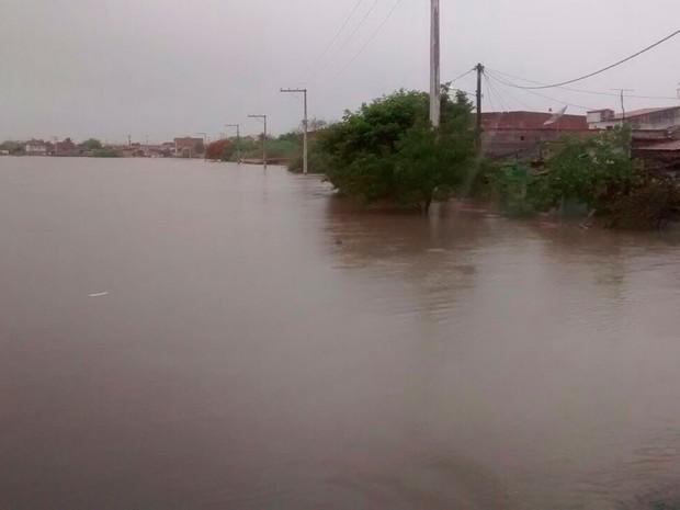 Cidade de Riachão do Jacuípe é invadida por rio que transbordou (Foto: Marcos Rogério Guimarães / Arquivo Pessoal)