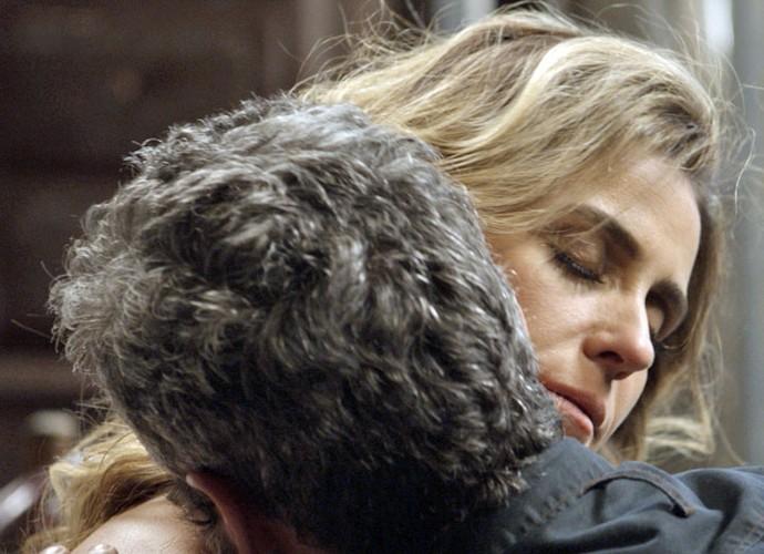 Os dois não resistem e se agarram com tudo (Foto: TV Globo)