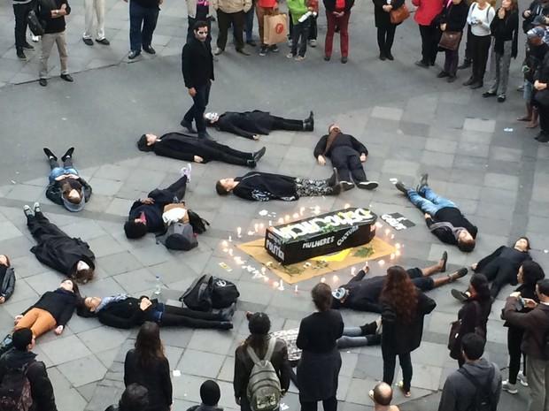 Manifestantes chegaram a deitar no chão em protesto (Foto: Jonas Campos/RBS TV)
