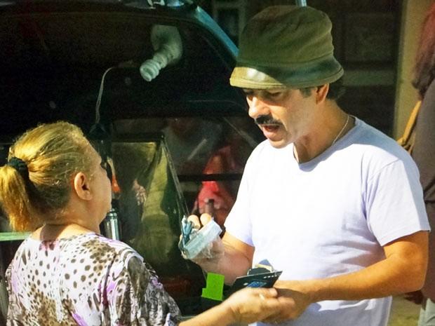 Só na malandragem, Sandro vende celulares piratas (Foto: Cheias de Charme / TV Globo)