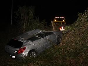 Carro capotou algumas vezes, mas motorista teve apenas ferimentos leves (Foto: Sul in Foco/Divulgação)