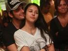 Bruno Gissoni curte show do irmão agarradinho com a namorada
