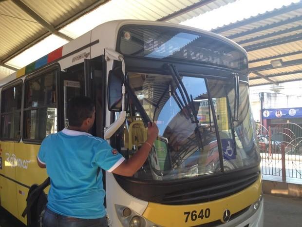 Faixa de luto é colocada no retrovisor de ônibus (Foto: Rayssa Natani/G1)