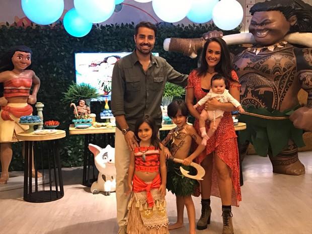Ricardo Pereira, com a mulher, Francisca Pinto, e os filhos, Vicente e Francisca (Foto: Divulgação)