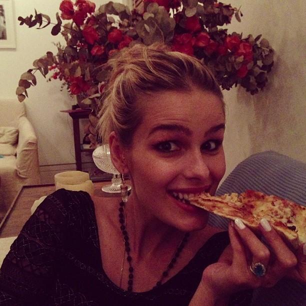 Yasmin Brunet saboreia um pedaço de pizza na madrugada (Foto: Reprodução/Instagram)