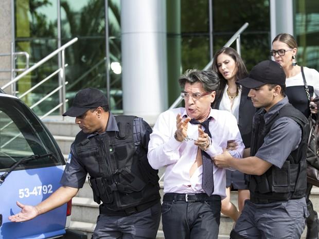 Téo é preso e levado para delegacia (Foto: Raphael Dias / Gshow)