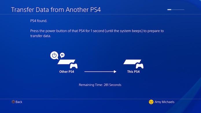 Mantenha o botão de ligar e desligar pressionado no console antigo por um segundo até apitar (Foto: Divulgação/Sony)