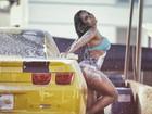 Mulher Melão posa lavando carro para apoiar Operação Lava-Jato
