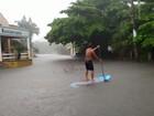 Morador de Peruíbe, SP, aproveita rua alagada para praticar stand up paddle