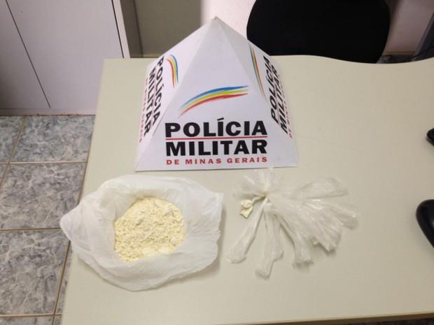 Droga foi encontrada com os autores após abordagem da PM (Foto: Polícia Militar/Divulgação)