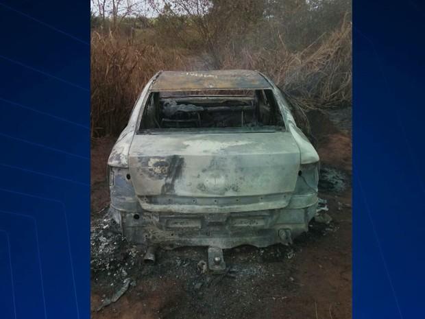 Veículo estava parado a poucos metros da BR-316, no Maranhão (Foto: Reprodução/TV Mirante)