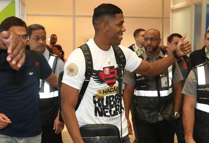 Berrío acena para torcida na chegada ao Rio (Foto: Gilvan de Souza/Flamengo)