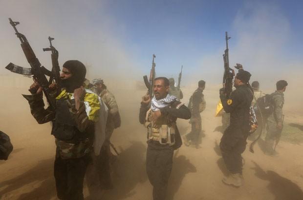 Soldados iraquianos participam de operação para tentar retomar o controle da cidade de Tikrit nesta quarta-feira (11) (Foto: Ahmad Al-Rubaye/AFP)