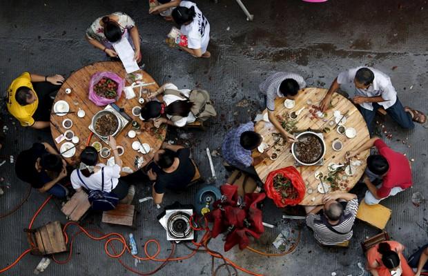 Clientes comem carne de cachorro em restaurante no festival de Yulin, na China, nesta segunda-feira (22) (Foto: Kim Kyung-Hoon/Reuters)