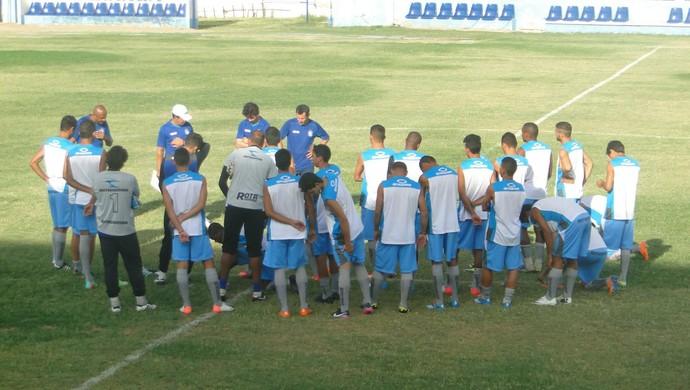 Técnico Reginaldo Sousa conversa com jogadores do Ypiranga-PE (Foto: Geraldo Moura / Divulgação)