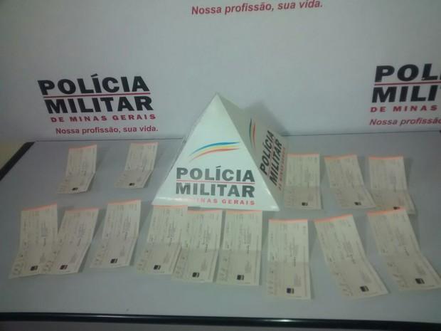 16 cheques foram encontrados com supeito (Foto: Diego Souza / G1)