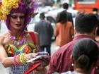 Drag queens distribuem camisinhas em campanha anti-Aids na Av. Paulista