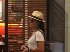 Juliana Paes passeia no shopping com o filho e o marido