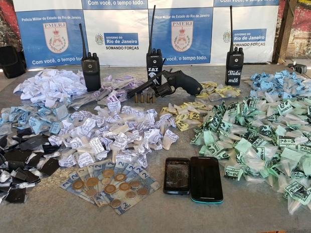 Drogas e uma pistola foram apreendidos durante a operação (Foto: Divulgação/Polícia Militar)