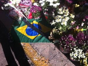 Boate Kiss em Santa Maria recebe flores (Foto: Márcio Luiz/G1)