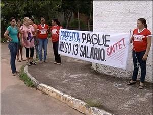 Professores cobram pagamento do 13 salário em Peixe (Foto: Reprodução/TV Anhanguera)