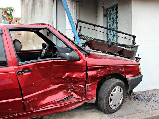 Veículo atingiu parte de comércio no local  (Foto: Adneison Severiano/ G1 AM)