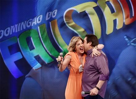 Ô loco, meu! Faustão dá beijinho em Claudia Raia em gravação de Alto Astral