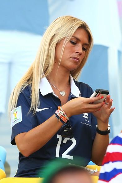Elodie Mavuba,mulher do jogador francês Rio Mavuba, não largou o celular. Tudo bem, nós reparamos nela!