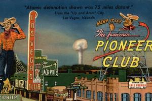 Um cartão postal da época, com a explosão ao fundo: foi o turismo atômico, e não o jogo, que detonou o crescimento de Las Vegas