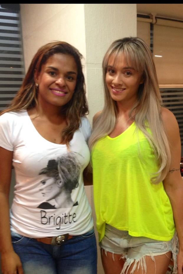Juju Salimeni com a cabeleireira Viviane Siqueira em salão no Rio (Foto: Divulgação)