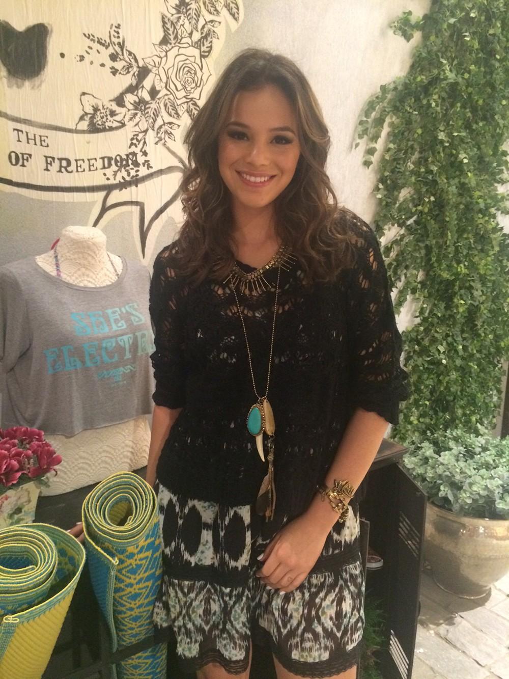 Bruna Marquezine rouba flashes em evento de moda
