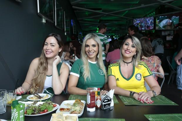 Ju Isen,  Fernanda Martinelli e Rô Fraga se unem em torcida pelo Palmeiras (Foto: Rafael Cusato/EGO)