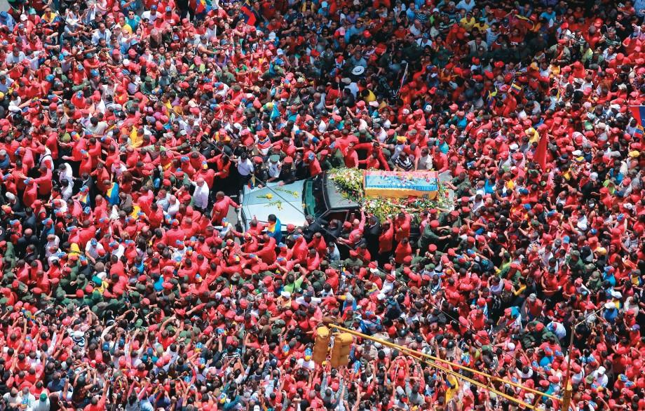 MARÉ VERMELHA O cortejo fúnebre de Hugo Chávez, em Caracas. Seu corpo terá o mesmo destino de Lênin e Mao Tsé-tung (Foto: Francisco Batista/AFP)